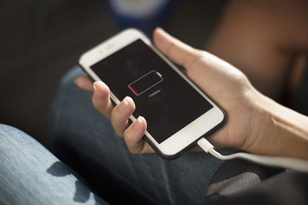Dienoms trumpėjant, telefono baterijos naudojimas ilgėja: ką daryti, kad telefonas tarnautų ilgiau?