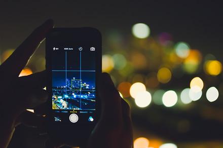 Naktinė fotografija: 5 patarimai, kaip telefonu padaryti kokybiškas nuotraukas tamsiu paros metu
