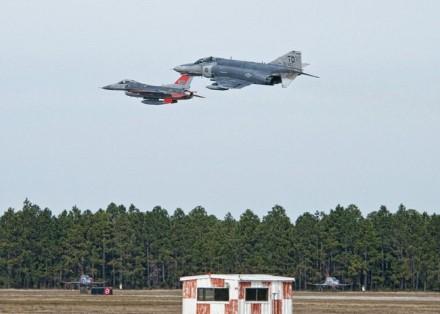 QF-16 ir QF-4 dronai © commons.wikimedia.org