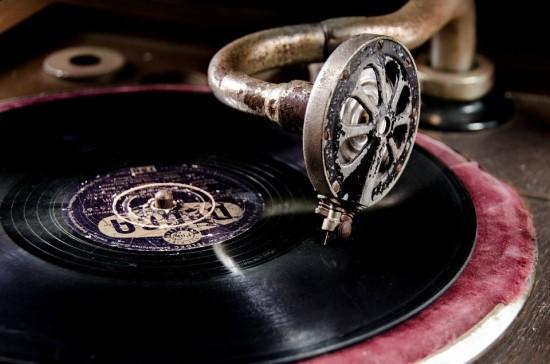 """Garso įrašymo istorija: nuo kalbėjimo į """"ragą"""" iki balso pavertimo tekstu"""