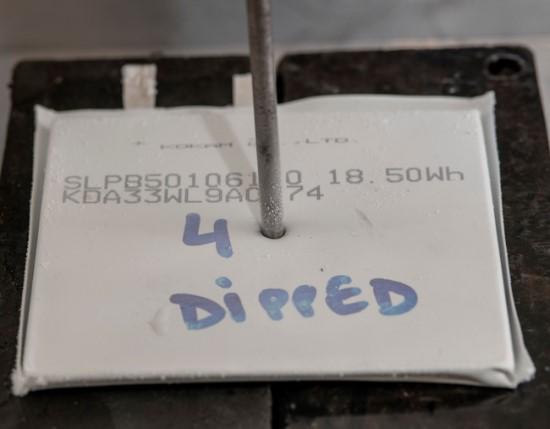 Užšaldytos baterijos nesprogsta net ir per jas pervėrus metalinį strypą © Varviko universitetas