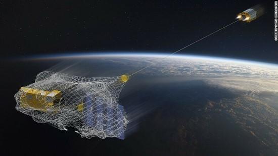 Kosmoso šiukšles galėtų rinkti specialus tinklas / Europos kosmoso agentūros nuotr.