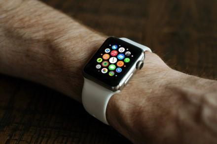 """Kaip nustatyti ir naudoti """"Zoom"""" funkciją """"Apple Watch"""""""