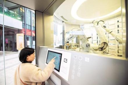 """""""Huawei"""" Kinijoje atidarė išskirtinę parduotuvę: robotai ir jokių darbuotojų"""