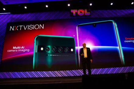 TCL pristatė tris naujus telefonus su išskirtinu nugarėlės dizainu