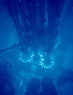 Tipiškas melsvas Čerenkovo spinduliavimo švytėjimas iš vandenyje patalpinto branduolinio reaktoriaus. / Idaho nacionalinės laboratorijos nuotr.