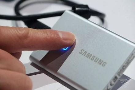 """Naujas """"Samsung"""" išorinis SSD diskas naudoja įmontuotą pirštų antspaudų skaitytuvą papildomam saugumui"""
