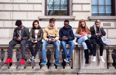 Viena JAV valstija siekia uždrausti išmaniaisiais telefonais naudotis jaunesniems nei 21 metų asmenims