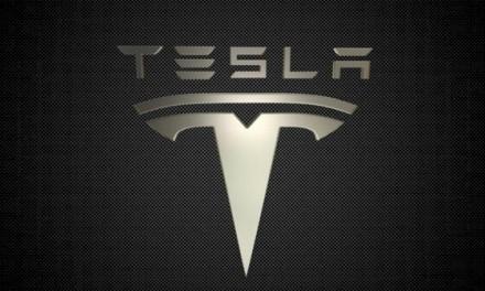"""Elon Musk teigimu """"Tesla"""" automobiliai greitu metu galės šnekėtis su žmonėmis"""