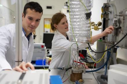 EKA nuotr. / Europos kosmoso agentūros mokslininkai iš regolito gamina deguonį