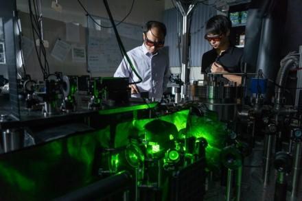 Tyrėjai prie sukurto įrenginio atlieka naujus eksperimentus © Pardue universitetas