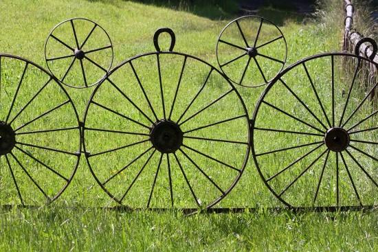 Akibrokštas privačių namų savininkams: kai kur ESO reikalauja įžeminti metalines tvoras