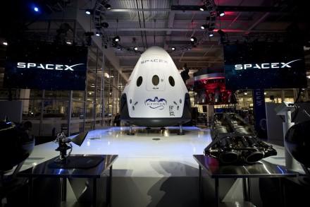 """""""SpaceX"""" paskelbė partnerystę keturių turistų nuskraidinimui į tolimąją orbitą"""