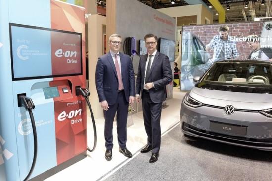 """""""Volkswagen"""" kuria elektromobilių gamą, todėl investuoja ir į įkrovimo stotelių tinklą© """"Volkswagen"""" nuotrauka"""