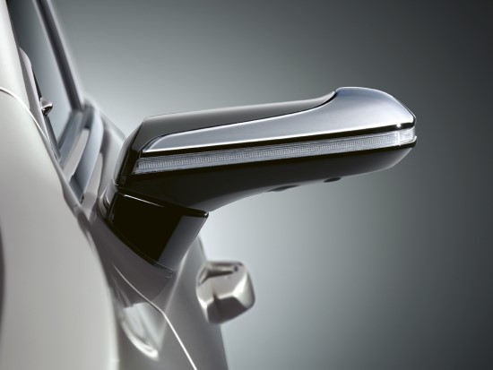 """Atsisveikinkite su įprastais automobilio veidrodėliais: """"Lexus"""" pristato skaitmeninius šoninio vaizdo monitorius"""
