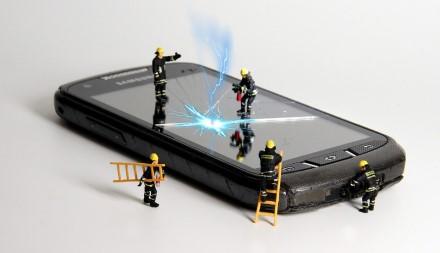 4 kasdieniai įpročiai, kurie kenkia telefonams