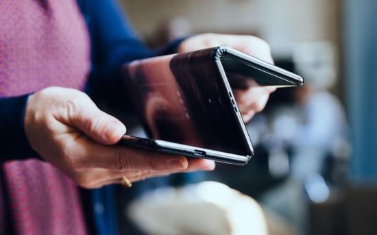 """""""TCL"""" prikaustė pasaulio dėmesį: pristatė trigubai sulankstomo ir susukamo ekrano telefonus"""
