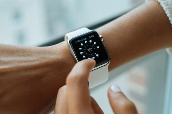Lietuvoje populiarėjantys išmanieji laikrodžiai vaikams: apsaugos priemonė ar įrankis tėvams šnipinėti?