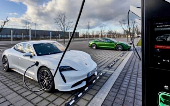 """""""Porsche"""" elektromobilių įkrovos stotelės © Gamintojo archyvas"""