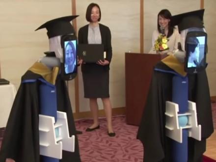 Išradingas sprendimas: Japonijos universitete diplomus už studentus atsiėmė robotai