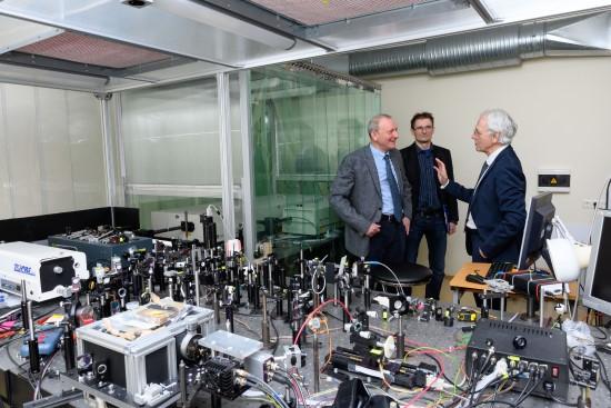 Mokslinė diskusija VU LTC Ultratrumpųjų impulsų optikos laboratorijoje (iš kairės į dešinę): prof. A. Dubietis, dr. V. Jukna, prof. Ž. Muru (nuotr. autorius Nailas Garejevas)