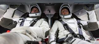 """NASA astronautai Bob Behnken (kairėje) ir Doug Hurley repetuoja """"Demo-2"""" bandomąjį skrydį į Tarptautinę kosminę stotį """"SpaceX"""" """"Crew Dragon"""" erdvėlaiviu, įvyksiančiu 2020 gegužės 27 dieną. © NASA"""