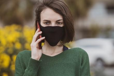 Telefonas maišelyje, kaukės ir veido atpažinimas