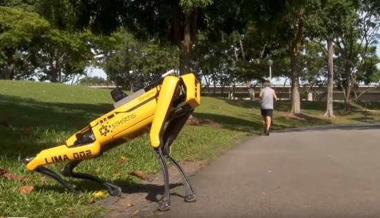 Atstumo laikymąsi tarp žmonių Singapūre užtikrina... robotas-policininkas
