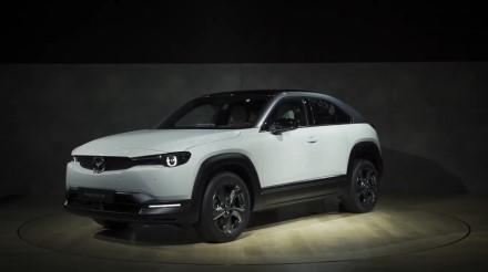 """""""Mazda"""" pradėjo gaminti pirmuosius savo elektromobilius"""