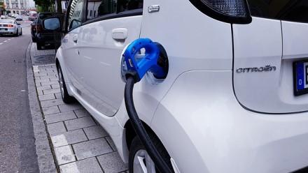 E. Macronas pristatė net 8 mlrd. eurų vertės automobilių pramonės gelbėjimo planą