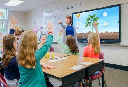 """Mokytojas klasėje naudoja """"Promethean"""" """"ActivPanel"""" elementų seriją. Gamintojo nuotr."""
