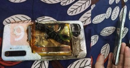 Užsidegti gali ir visiškai naujas įrenginys: telefonas skęsta liepsnose, o gamintojas kaltės nemato