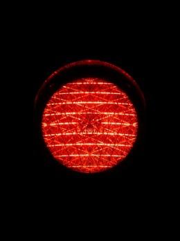 Mokslininkai kuria labai neįprastą terapiją – liepia žmonėms žiūrėti tiesiai į raudoną žibintuvėlį