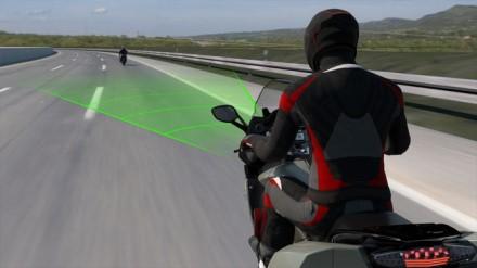 BMW motociklai stebės eismo dalyvius priekyje, kad parinktų tinkamiausią greitį.  ©Gamintojo nuotrauka