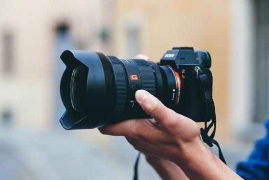 """""""Sony"""" išleidžia plataus kampo teleobjektyvą """"FE 12-24mm F2.8 GM"""""""