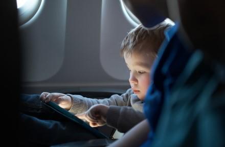 67 proc. Lietuvos tėvų naudoja išmaniuosius įrenginius, kad kelionės metu galėtų pralinksminti savo vaikus