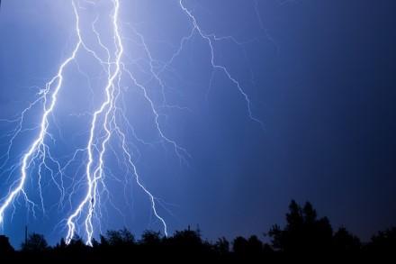 Vasara išeina su trenksmu: kaip žaibuojant nelikti be ryšio