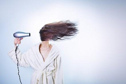 5 neįtikėtini plaukų džiovintuvo panaudojimo būdai