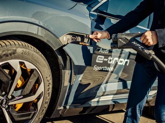 """Elektromobilumas be sienų – """"Audi"""" Lietuvoje pristato naują krovimo paslaugą"""