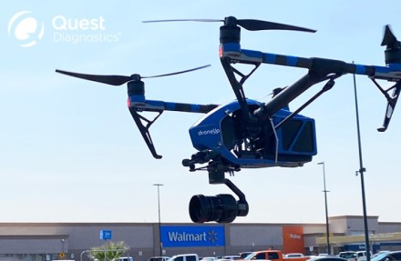"""""""Walmart"""" išbando netradicinį sprendimą: COVID-19 testus pristato pasitelkę dronus"""