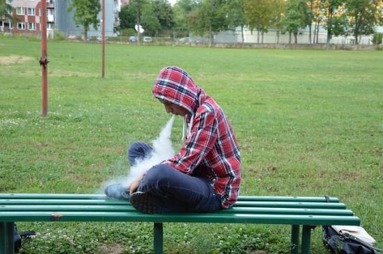 """Mokslininkai perspėja: elektroninių cigarečių debesys nėra tik """"garai"""""""