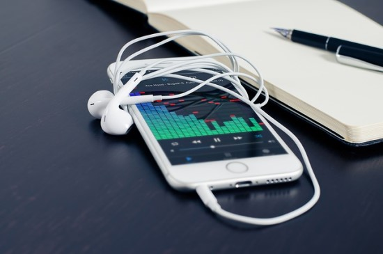 """Muzikos klausymosi įpročių virsmas: nuo kasečių iki """"Spotify"""""""