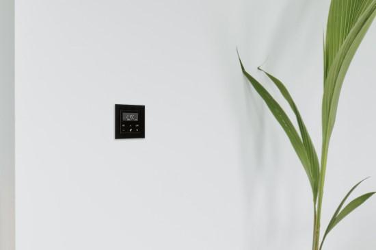 Moderniai atrodantis termostatas su ekranu. JUNG nuotr.
