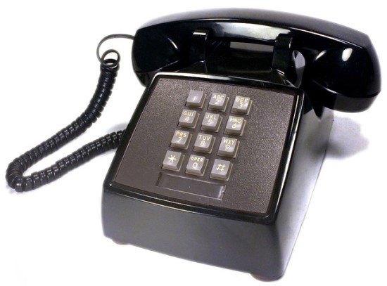 Įprastas mygtukinis telefonas su jums įprasta klaviatūra © Jonathan Mauer (CC BY-SA 4.0) | commons.wikimedia.org