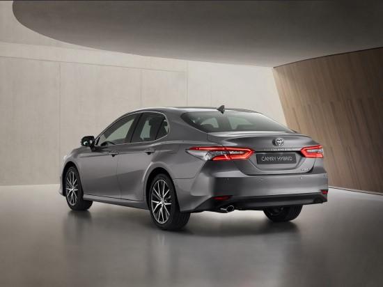 """""""Toyota Camry"""" hibridas – su naujomis saugumo ir jungiamumo technologijomis"""