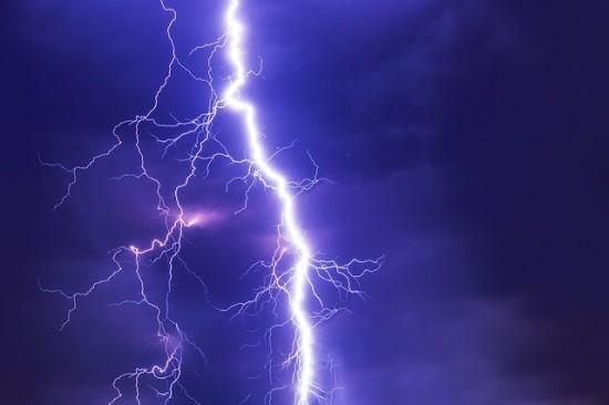 Mokslininkai aptiko 1000 kartų ryškesnius žaibus už įprastus