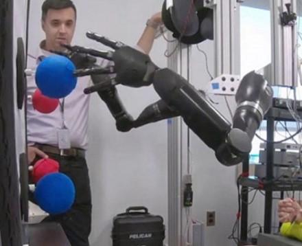 "Roberto ""Buzo"" Chmielewskio mintimis valdomi rankų protezai © Johns Hopkins Medicine"