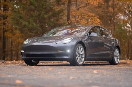 """Kodėl savaime dūžta """"Tesla"""" automobilių stiklai?"""