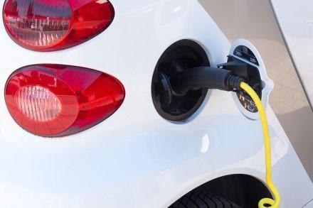 """Kiek elektromobilių per valandą parduoda didžiausi gamintojai? Nustebsite kas rikiuojasi už """"Tesla"""""""