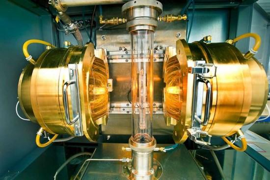 Superlaidūs kristalai auginami infraraudonųjų spindulių krosnyje Nacionalinėje Brookhaveno laboratorijoje Niujorke